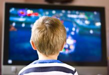 un niño puede ver dibujos animados