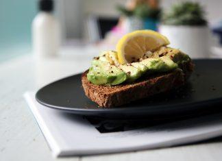 Los alimentos ricos en grasas saludables, pueden ser aguacates, frutos secos y hasta huevos.