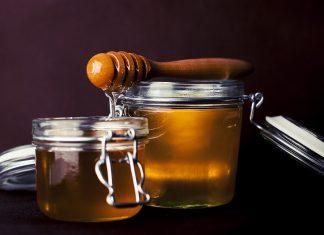 La miel de abeja; es un producto que habitualmente se utiliza para dar sabor y endulzar algunas comidas. No obstante; es beneficiosa para la salud, aporta un sin número de vitaminas y antioxidantes que permiten a nuestro organismo funcionar de mejor manera. Los beneficios son variados; este endulzante natural puede añadirse a nuestra dieta básica, sin necesidad de modificarla drásticamente. Por ello; hablaremos de algunos beneficios que trae su consumo.