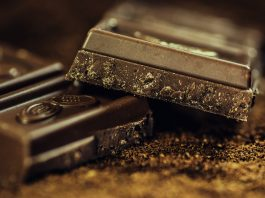 Para la mayoría de las personas el chocolate es sin duda un placer culposo. Nos apetece comerlo porque tiene un sabor bastante agradable, además de que es dulce. A pesar de que estemos consciente que en vez de estar comiendo grandes cantidades del mismo; en vez de comer alguna fruta que aporte los nutrientes necesarios.