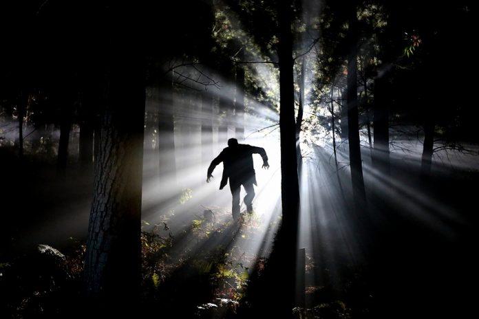 La porfiria; es una enfermedad que por muy rara que parezca, existe. Ha sido relacionada; con los vampiros, debido a que las personas que la padecen no pueden exponerse a la luz solar, de hecho, diversas historias se han tejido en torno a ella. Podríamos definirla como una enfermedad derivada de un trastorno metabólico.