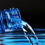Descubre por qué no debes rellenar de agua tus botellas de plástico
