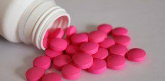 """La Dipirona (Metamizol) es un fármaco presente a los AINES """"Antiinflamatorios no Esteroideos"""". En muchos países es utilizado como un potente analgésico. Se puede encontrar en pastillas o en solución inyectable; es un derivado de la familia de las pirazolonas; que son compuestos químicos que se emplean principalmente para el tratamiento del dolor y la fiebre."""