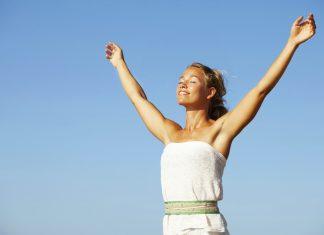 La respiración es uno de los procesos más importantes que el cuerpo humano debe cumplir para estar vivos. En ella se incluyen factores como el oxígeno, un elemento indispensable para mantenerse en excelentes condiciones. La respiración se realiza de manera automática, casi nunca pensamos en cómo intervenir en ese proceso. Sin embargo, los expertos aseguran que se puede aprender a respirar mejor y eso trae beneficios inigualables para las personas. En esta nota les mostraremos como se puede lograr para sentirse mucho mejor. La mayoría de las veces respiramos estando rectos y contraemos el estómago. Lo que trae como consecuencia, malestares estomacales, sudoración, gases, cólicos, entre otras cosas que se deben a este acto involuntario. La respiración tiene un método infalible, se trata de conseguir la mayor cantidad posible de oxigeno de forma plena y segura. En este proceso nos acompañan las frases que todos seguramente han escuchado alguna vez en sus vidas 'Inhala y exhala'. Inhalar y exhalar: Este es uno de las partes más importantes en la respiración, en ella debemos exhalar el dióxido de carbono que se encuentra alojado en los pulmones. En la actualidad, muchas personas se han acostumbrado a inspirar sin haber botado este componente. Cuando se hace correctamente el proceso de inhalar el dióxido se permite salir del organismo y transmite una especie de tranquilidad a la persona y para su cuerpo. Mejorar el proceso de la respiración va a depender de qué tan constantes sean al momento de aprender a Inspirar. Si no se está pendiente se olvida rápidamente y se vuelve a inhalar incorrectamente. Por eso les hemos traído dos formas sencillas de respirar para que las realicen la mayor cantidad de tiempo. Esto, además funciona para calmar los nervios en circunstancias complicadas, o al momento de dirigirte a una cierta cantidad de personas. Respiración del diafragma Este tipo de respiración se conoce también como la abdominal. Se trata de realizar la inhalación y observar