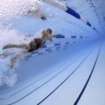 Como todo deporte, suma grandes beneficios al organismo. La natación; es considerado uno de los deportes más completos que existe. La actividad física,; debe estar marcada por brindar ejercicios sin impactos drásticos a cada grupo muscular que se esté empleando. Por tal motivo; la natación es un ejercicio que aporta todo lo mencionado anteriormente, no sólo por los beneficios que aporta, sino la variabilidad que ofrece para quienes no pueden practicar otras disciplinas.