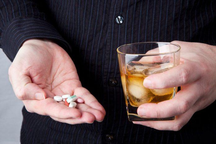 Posiblemente alguna vez hayas conocido o visto a alguien mezclar alcohol con medicamentos. Según investigaciones de diversos institutos de salud en el mundo; que durante muchos años han analizado el patrón de consumo de las bebidas alcohólicas y los medicamentos. Se estima que alrededor de 20,000 adultos tomaban medicamentos que podían interactuar con el alcohol bajo ninguna supervisión médica.