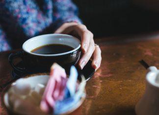 Bebida del café en la salud de la mujer