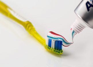 Existen productos de higiene personal, que sin saberlo contienen sustancias que en exceso pueden afectar nuestro bienestar. Por ejemplo; varios estudios confirman que la el flúor de la pasta de dientes puede acarrear ciertos daños a la salud.
