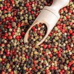 """La pimienta de Cayena, también conocida como pimienta """"roja"""", llamada así porque nace en la ciudad de Cayena, en la Guayana Francesa (Caribe). Esta es la mezcla del polvo resultante entre frutos de una o varias especias como el chile o el ají."""
