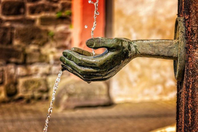 Dedos arrugados en contacto con el agua. ¿Por qué se presentan?