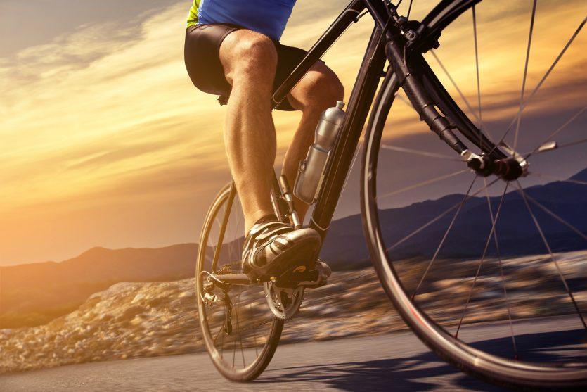 Entre los ejercicios de bajo impacto también se encuentra el ciclismo