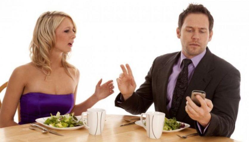 Phubbing es igual a ignorar a otra persona por estar pendiente del celular