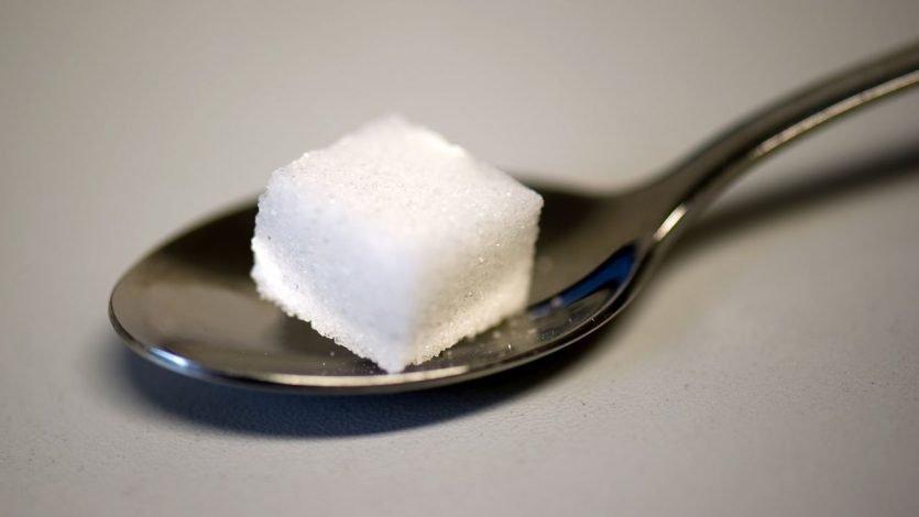 Entonces, ¿Por qué es un peligro? El azúcar es un carbohidrato simple de digestión rápida que produce un aumento abrupto de la glucosa en la sangre
