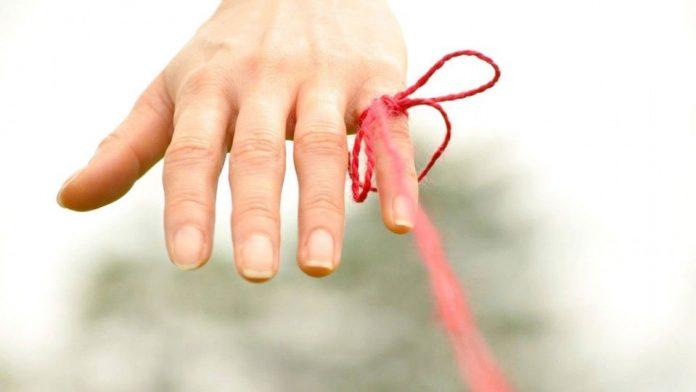 Un hilo rojo invisible conecta a aquellos que están destinados a encontrarse, sin importar tiempo, lugar o circunstancias; el hilo rojo se puede estirar, contraer o enredar, pero nunca romper…