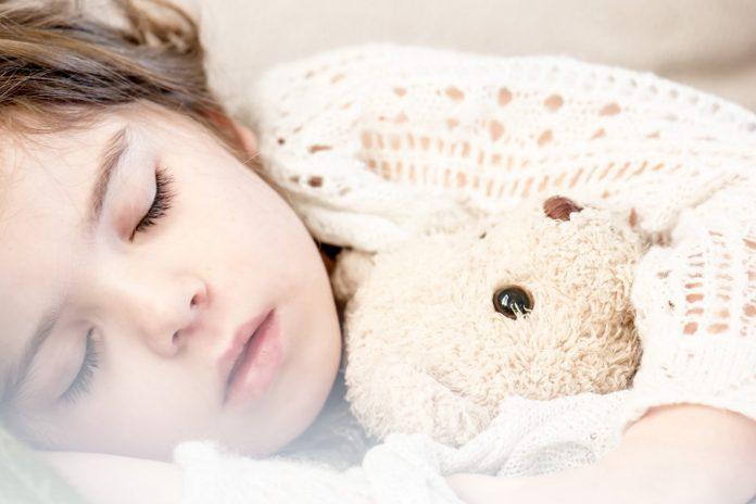 ¿Los niños deben dormir solos o con los padres?