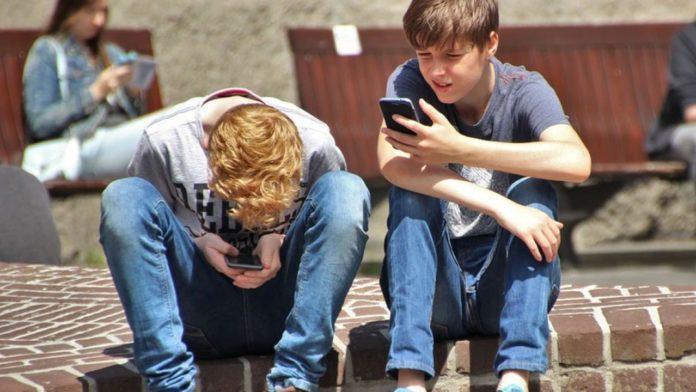 usar el móvil ocasiona dolencias en el cuello y cabeza